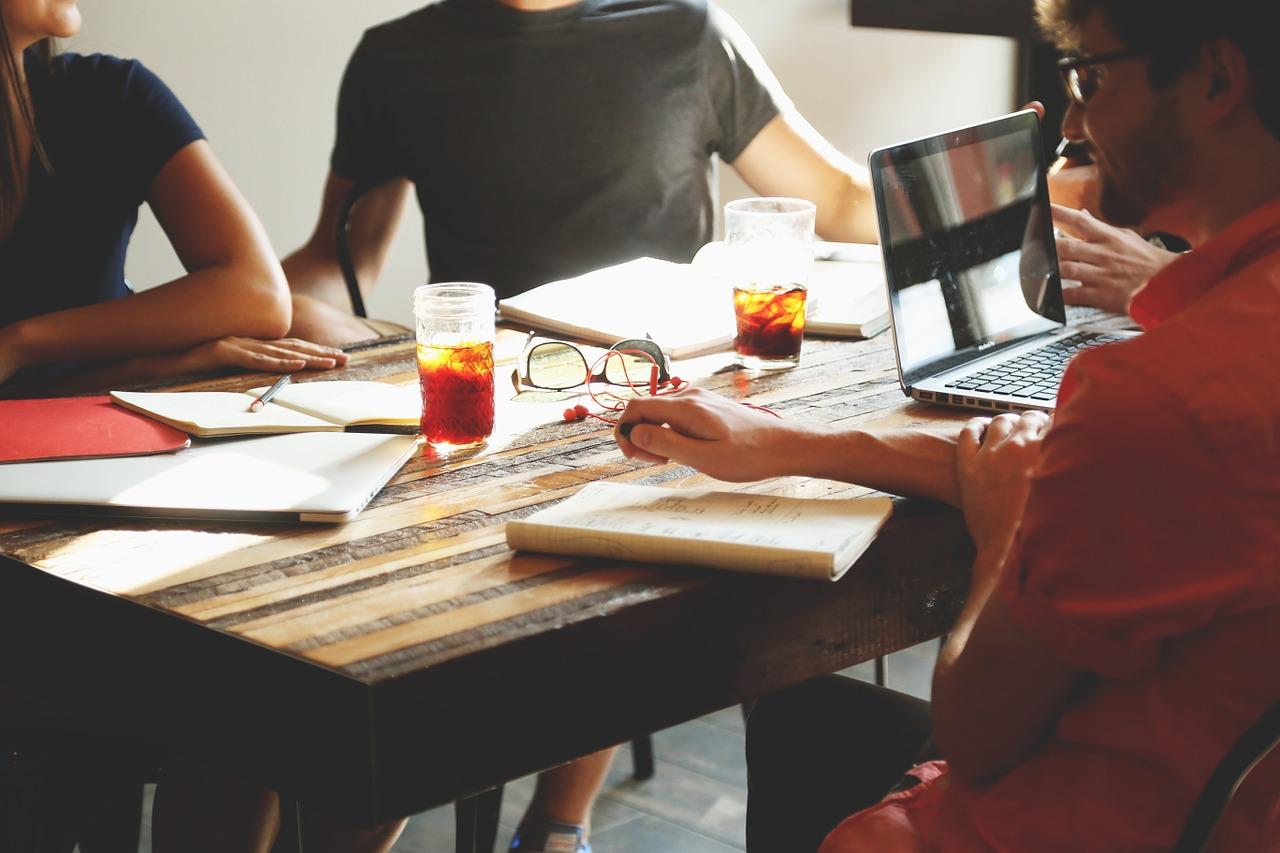 Besprechungen im Team und unter vier Augen stärken die Mitarbeitermotivation